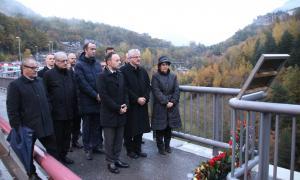 Un moment de l'acte d'homenatge als treballadors que van perdre la vida en la construcció del túnel de les Dos Valires, ahir.
