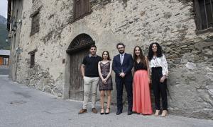 Els estudiants dels tres sistemes educatius que van rebre ahir el Premi Nacional a l'Estudi amb el ministre Eric Jover.