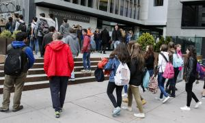 Estudiants a l'exterior de les instal·lacions de la Universitat d'Andorra, emplaçada al centre de Sant Julià.