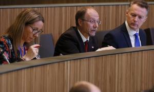 El conseller general d'SDP, Víctor Naudi, va presentar una sèrie de preguntes sobre la contractació del bufet Pujadas Advocats.