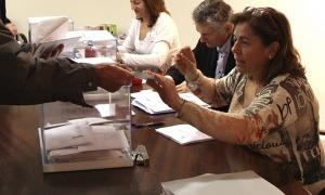 Un resident espanyol vota al consolat en les eleccions generals de l'abril del 2019.