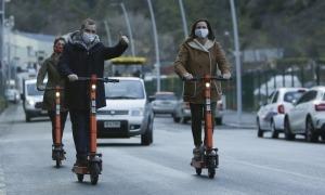Els cònsols han provat el servei de patinet elèctric aquesta tarda.