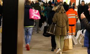 L'eix comercial ha concentrat un bon nombre de turistes, atrets per l'animació nadalenca.