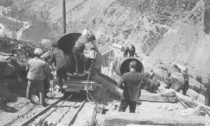 1933: obrers de Fhasa instal·len un sector de la canonada que baixa d'Engolasters a la central hidrolèctrica.