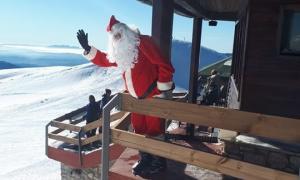 El Pare Noel va arribar dimarts en telecabina al Niu de l'Àliga de la Molina.