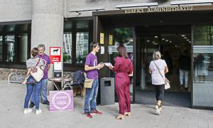 Militants de Podem, amb Joan Seguí al capdavant, van repartir dimecres passat pamflets contra la tarifa de l'Sdadv a les escoles.