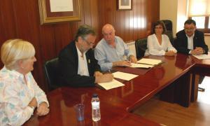 Moment de la signatura del conveni entre el síndic d'Aran i l'AALO.