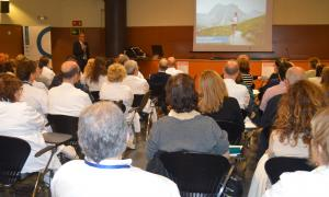 Un centenar de professionals sanitaris van assistir ahir a la conferència.