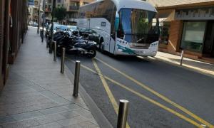 Un autobús d'alt tonatge arribant a l'antiga parada de Príncep Benlloch.