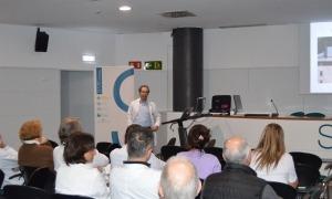 El cap de Cirurgia Ortopèdica i Traumatologia, David Roca, en una sessió clínica.