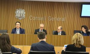 El gerent d'Andorra Turisme, Betim Budzaku, i el ministre de Turisme i Comerç, Francesc Camp, al Consell General.