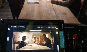Aida Folch i Roger Casamajor, al març a Casa Rull, quan va començar el rodatge de 'Fred', amb Santi Trullenque al fons.