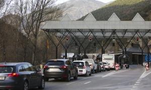 Cua de cotxes a la frontera del riu Runer.