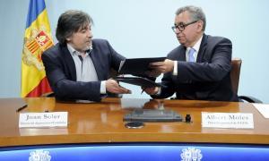 Joan Soler i Albert Moles durant la signatura del conveni entre Estadística i FEDA.