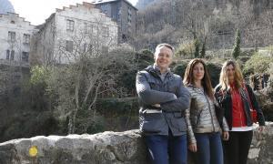 Ferran Costa, Eva París i Eva Maria López a la Fàbrica de la Llana, ahir al matí.