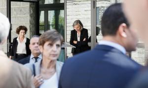 Membres de l'executiu, durant el minut de silenci a l'ambaixada de França.