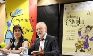La soprano Jonaina Salvador i el conseller de Cultura lauredià, Josep Roig, en la presentació de la 4a temporada d'òpera, ahir al Centre cultural lauredià.