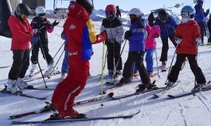 Un monitor en el transcurs d'una classe d'esquí.
