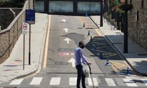 Un home circula en un patinet elèctric pels carrers de Sant Julià de Lòria.