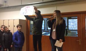 Alumnes amb el guardó o premi a la solidaritat