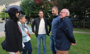 Rios amb companys del PS d'Encamp ahir al Prat Gran.