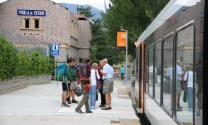 Un grup de persones a l'estació de tren de la Pobla de Segur.