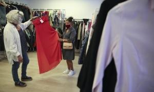 Cristina Oriol atén la botiga De Mà a Mà, al carrer de l'Alzinaret, des de fa ja uns anys.