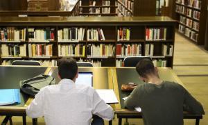 Estudiants a la sala de la Biblioteca Pública de Govern.