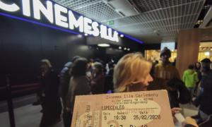 Des de les set de la tarda, el públic es va aplegar a l'entrada dels cinemes.
