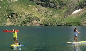 Excursions amb canoes i 'paddle surf' al llac de Tristaina.