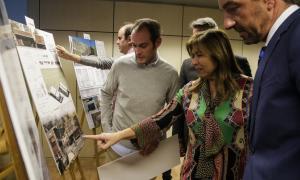 Riba, Marsol i Torres mirant els projectes finalistes, després de l'entrega de premis.