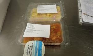 Els aliments tal com surten preparats de la cuina central de l'escola francesa.