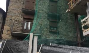 En aquesta imatge es percep com s'ha rectificat l'edifici per donar aire a casa Trenella.