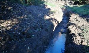 Mas defensa que en les passejades aprofita per comprovar l'estat dels camins, com aquest, on brollen aigües fecals.