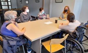 Un moment del taller d'estimulació cognitiva que té lloc cada dimecres.
