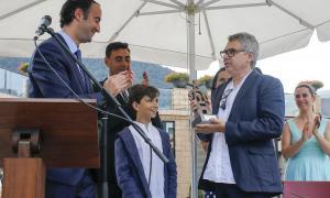 El besnet del germà del capellà, Martí Bordes, va recollir el guardó que homenatjava mossèn Josep Bordes, ahir al matí.