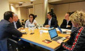 Un moment de la reunió entre el grup liberal i els representants de la CEA.