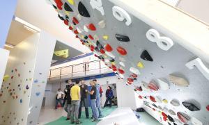 L'escalador Guillem Collell va fer una demostració al 'Moon Board'.