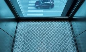 Un dels ascensors panoràmics de la Plaça del Poble, ahir.