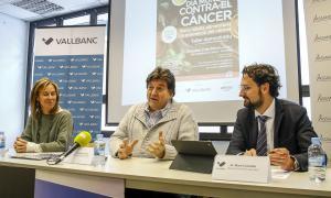 La dietista Marta Pons, el president d'Assandca, Josep Saravia, i el director de Gestió de persones de Vall Banc, Marc Cornella, presenten la tercera edició d''Agafa la paella pel mànec'.