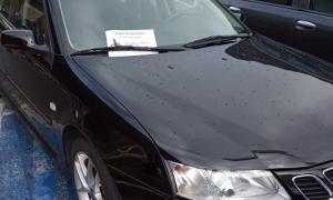 El cartell es va posar a l'eixugaparabrisa del vehicle mal estacionat.