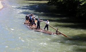 Nova baixada de rais a la Pobla de Segur per rememorar l'antic transport fluvial de la fusta