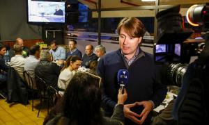 Naudi fa declaracions als mitjans abans de la trobada amb els veïns de l'avinguda del Ravell, ahir.