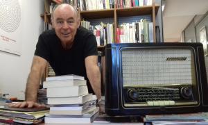 El president de Velles Cases, Claude Benet, amb un receptor Grundig dels anys 50.