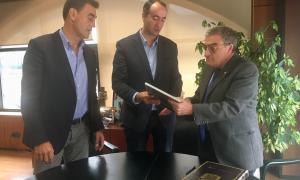 Els cònsols David Baró i Raul Ferré amb l'ambaixador Àngel Ros.