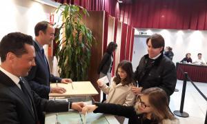 Carles Naudi va votar acompanyat de les seves filles.