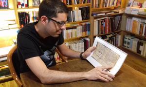 Vergés fulleja un exemplar de l'estudi en què conclou la falsedat de la Carta Pobla i en proposa una nova data: segons ell, va ser elaborada entre el 1133 i el 1166; el Centre d'Estudis Històrics i Politics el presentarà oficialment al setembre i és molt probable que s'acabi publicant.