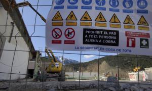 Els treballs d'enderroc al pavelló annex al col·legi de l'Aldosa, ahir.