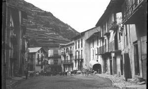 La plaça major de Sant Julià, cap al 1913: difícil saber si s'assemblava gaire a la del 1754, quan van tenir lloc els fets aquí relatats.