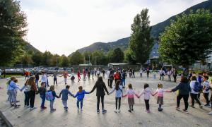 Infants i adults van participar ahir a la tarda en l'acte per salvar el Prat Gran.